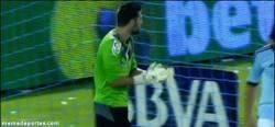 Enlace a GIF: El paradón de Casilla al Celta la parada de la liga 2013 según Marca