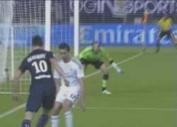 Enlace a GIF: Duelo Ibra vs Arbeloa. Zlatan no puede driblarse ni a un cono