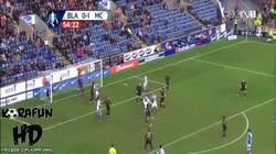 Enlace a GIF: La cagada del portero en el partido del City en la FACup