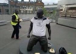 Enlace a Los del Tottenham troleando la estatua de Henry