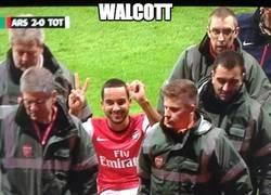 Enlace a Theo Walcott recordando el resultado a los fans del Tottenham