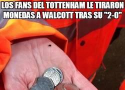 Enlace a Los fans del Tottenham le tiraron monedas a Walcott tras su 2-0