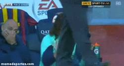 Enlace a GIF: Puyol es grande, aplaude a Xavi tras fallar el penalti