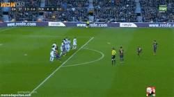 Enlace a GIF: ¿No hay nadie para lanzar faltas? Pues golazo de Alexis y hattrick