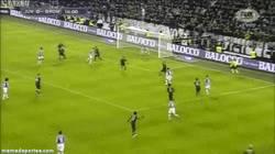 Enlace a GIF: La buena jugada de Tevez para que Vidal abra la cuenta contra la Roma