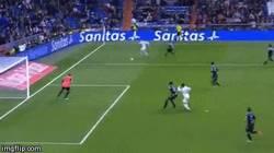 Enlace a GIF: Y éste es el gol 400 en la carrera de Cristiano Ronaldo. Suma y sigue