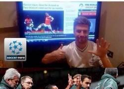 Enlace a Aficionado del Tottenham burlándose de Walcott