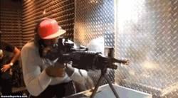 Enlace a GIF: LeBron James se atreve con una ametralladora pesada en un campo de tiro