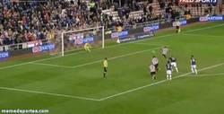 Enlace a GIF: El penalty mal pitado que puede que acabe con la dignidad de Moyes