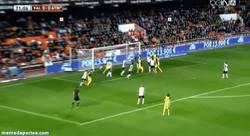 Enlace a GIF: La cantada de Guaita que casi le cuesta el partido al Valencia