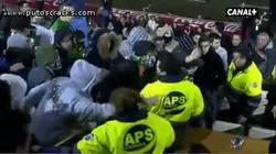 Enlace a GIF: El intento de agresión al palco del Racing de Santander