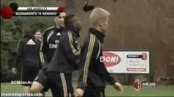 Enlace a GIF: Mario Balotelli haciendo toques con un guante en el entrenamiento del Milan
