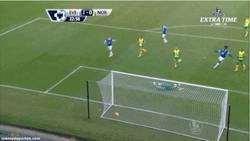 Enlace a GIF: Golazo de Gareth Barry ante el Norwich City