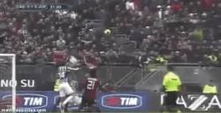 Enlace a GIF: El rey león vuelve a marcar en el Calcio. Y se lo marca a Adán de cabeza