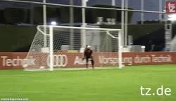 Enlace a GIF: Golazos de Pep a Neuer en el entrenamiento del Bayern
