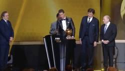 Enlace a GIF: Cristiano, emocionado tras recibir el balón de oro