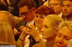 Enlace a GIF: La madre de Cristiano llorando cuando recoge el balón de oro