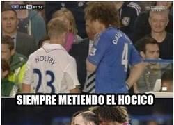 Enlace a David Luiz siempre metiendo la nariz