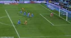Enlace a GIF: El extraño gol de Messi con la barriga. Tercer gol de Messi en 2014, los 3 al Getafe