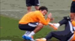 Enlace a GIF: Pepe se hace el lesionado. Todos son risas menos para Marcelo