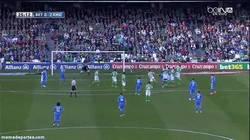 Enlace a GIF: ¿Imparable o Andersen se come el gol de falta de Bale?
