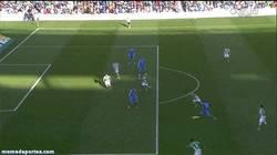 Enlace a GIF: Marca Benzema. Marca su gol número 100. Marca la BBC