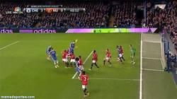 Enlace a GIF: Este tío no se cansa, hat trick contra el Manchester United