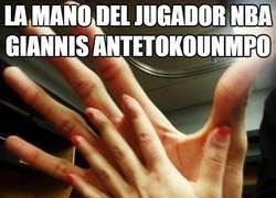 Enlace a La mano del jugador NBA Giannis Antetokounmpo