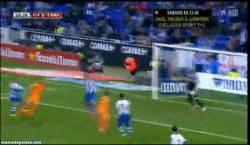 Enlace a GIF: Gol de Benzema que pone el 1-0. Ojo que está en racha