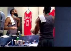 Enlace a VÍDEO: James Harden se afeita su famosa barba
