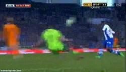 Enlace a GIF: Y por eso Casillas es quien es. Paradón que evita el empate del Espanyol
