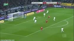 Enlace a GIF: Gran combinación de Müller y Götze para crear este Golazo