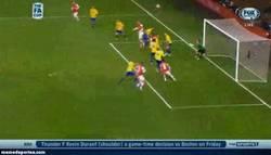 Enlace a GIF: Podolski vuelve y se marca un doblete en la FA Cup