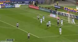 Enlace a GIF: Y como es costumbre, gol de Llorente de cabeza, que empataba el partido