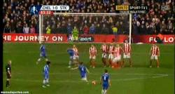 Enlace a GIF: Paradón de Begovic a David Luiz