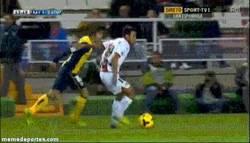 Enlace a GIF: Hay cosas dolorosas, y después ver cómo Oliver Torres se disloca el hombro