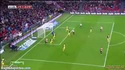Enlace a GIF: Gol de cabeza de Aduriz que empata la eliminatoria en el fortín de San Mamés