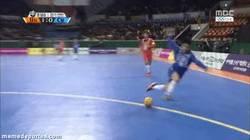 Enlace a GIF: Impresionante regate shaolin en fútbol sala