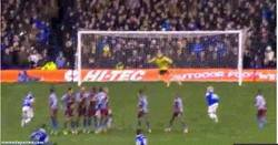 Enlace a GIF: El gran gol de Mirallas para darle la vuelta al partido al Aston Villa