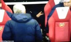 Enlace a GIF: Bendtner en el Banquillo, no hay nada raro en este gi... ¡Oh wait!