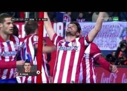Enlace a David Villa le dedica su gol a Luis Aragonés levantando las manos al cielo