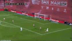 Enlace a GIF: ¿Pero qué haces Benzema?