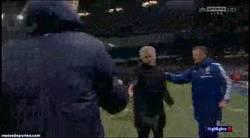Enlace a GIF: Manuel PELLEGRINI felicita a Jose MOURINHO por la victoria