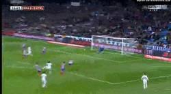 Enlace a GIF: Pepe llamó a la suerte y adelanta al Real Madrid en el derbi