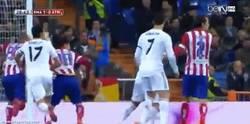 Enlace a GIF: Agarrón de Arbeloa a Diego Costa. El derbi empieza a ponerse serio