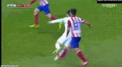 Enlace a GIF: Pisotón de Diego a Cristiano, ya empiezan provocándole