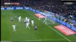 Enlace a GIF: Modric salvando el gol en la raya. Hoy no es el día del Atlético