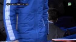 Enlace a GIF: Marcelo, lesionado, no puede ni bajar las escaleras