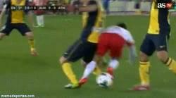 Enlace a GIF: La lesión de Tiago, duele hasta verlo