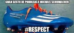 Enlace a Gran gesto de Podolski a Michael Schumacher